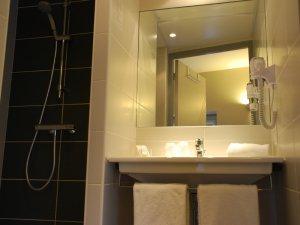 salle de bain accessible aux personnes à mobilité réduite rodez 1 ou 2 , 3 personnes